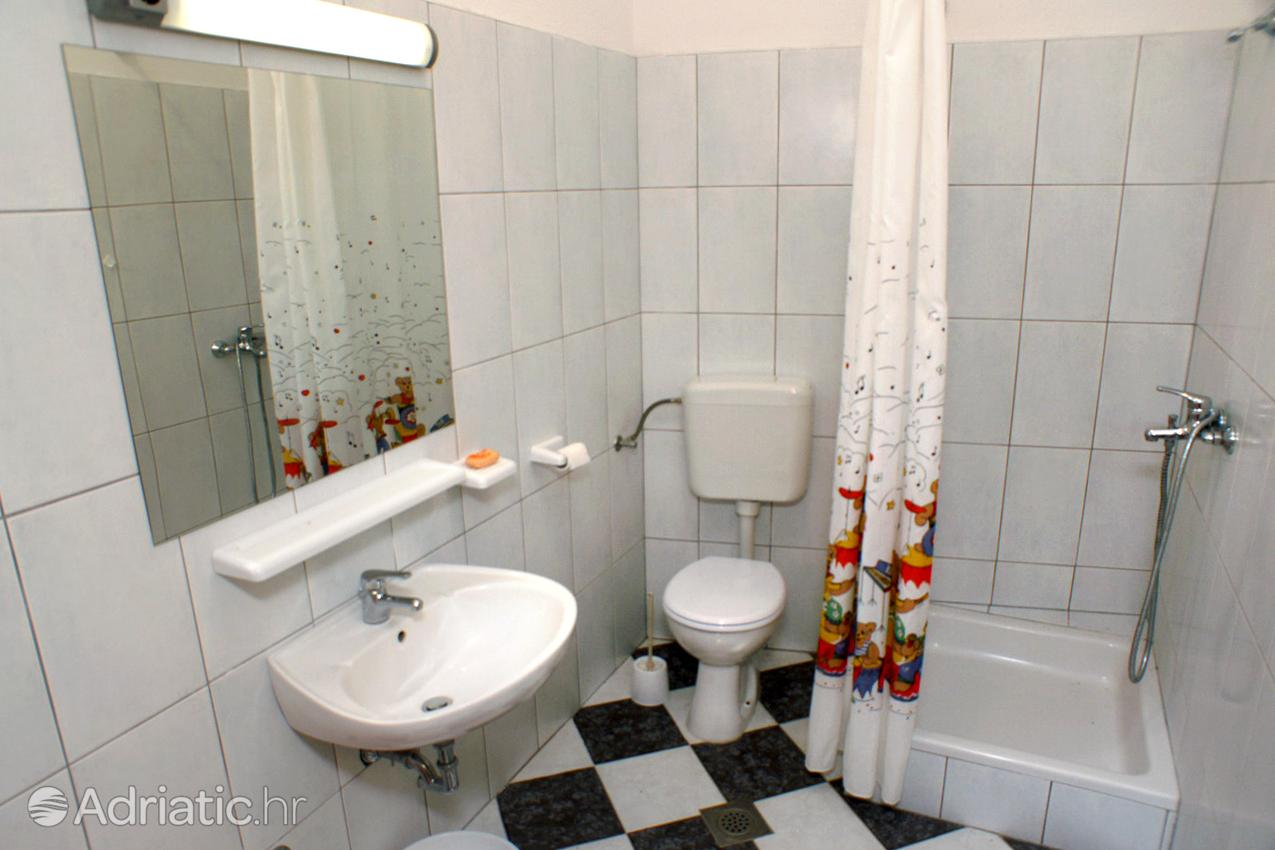 arbanija-apartment-bathroom-1-l